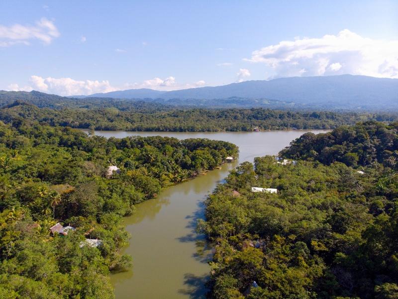 Rio Dulce z dronu